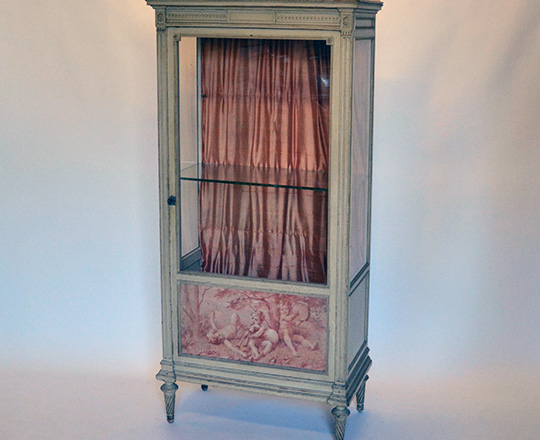 Lot 140: 19th cent Louis XVI single door, marble top painted vitrine ornated with three puttis musicians. H165xW68xD38cm.