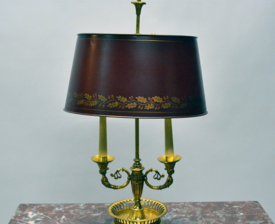 Lot 171: Early cent gilt bronze Empire two light 'Bouillotte' table lamp with red painted metal lampshade. H58cm.