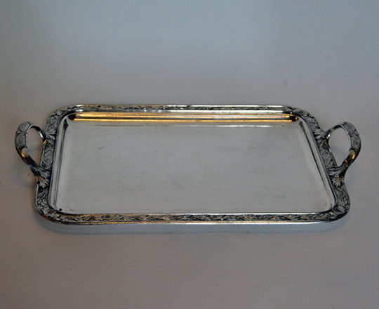 Lot 182: Silver plated platter with highlighted leaf decor by Gallia probably for Christofle. 51 x 34,5cm.