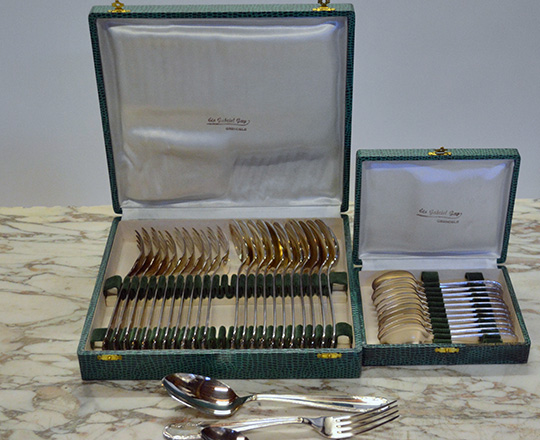 Lot 563: Set of 12 silver plated forks & spoons and a set of small spoons both with original casing.