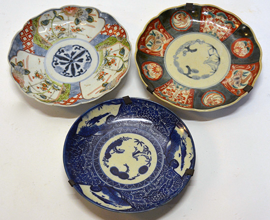 Lot 576: Three 19th 18th? Chinese plates, larger 21,5cm.
